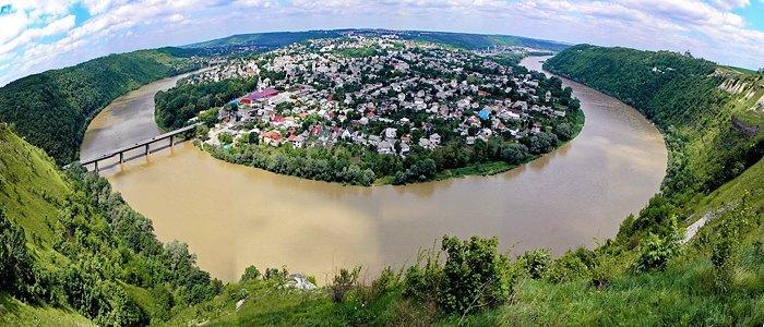Мальовниче село Заліщики, райцентр Тернопільської області.