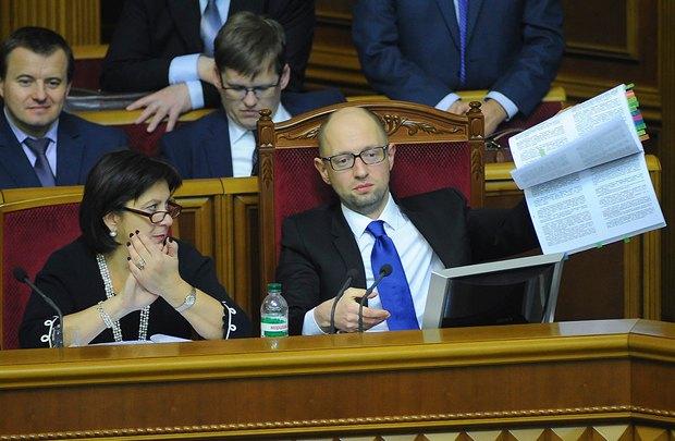 Яценюк демонструє нардепам бюджет-2015