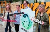 На Книжном Арсенале прошла акция в поддержку Сенцова