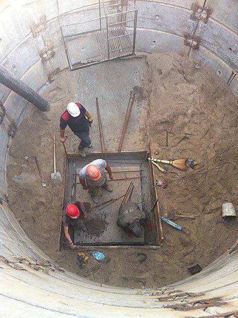 К ликвидации аварии долго не могли приступить - из-за незаконных подключений к ливнестокам вода лилась прямо в яму