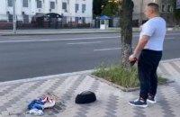 Мэр Конотопа сжег российский флаг под посольством РФ в Киеве
