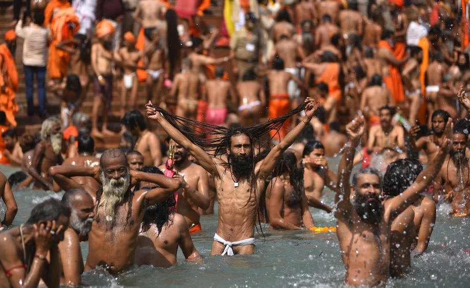 Купание в реке Ганга во время празднования Кумбха Мела в Харидваре, Уттаракханд, 14 апреля 2021 г