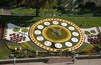 На цветочные часы на Майдане ушло 185 тысяч цветов