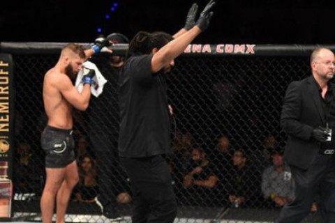 Фаны в бешенстве забросали октагон бутылками после главного поединка турнира UFC