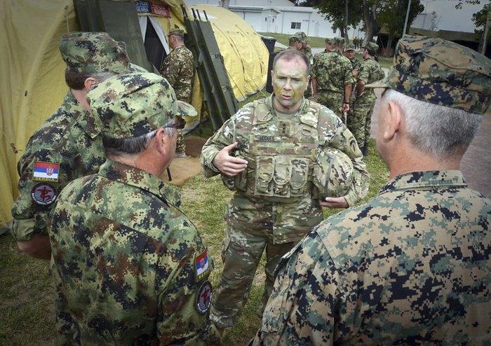 Командующий армией США в Европе генерал-лейтенант Бен Ходжес беседует с военными медиками во время совместных учений Sabre Guardian 2017, Румыния, 15 июля 2017