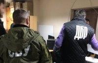 """Співробітник ДМС у Чернівецькій області попався на хабарі за видачу біометричних закордонних паспортів """"без черги"""""""