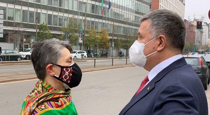 Арсен Аваков з мамою Віталія біля суду