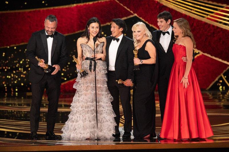 """Эван Хейс, Элизабет Чай Васархели, Джимми Чин и Шеннон c «Оскаром» за Лучший документальный фильм """"Free Solo"""""""