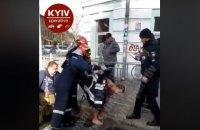 В Киеве из водостока достали голого мужчину