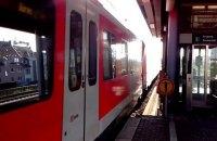 В Германии мужчина выжил после того, как его переехали две электрички
