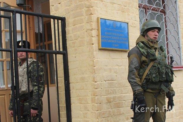 Российский военный у части в Керчи
