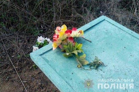В Донецкой области женщина получила травмы, подорвавшись на взрывчатке на кладбище