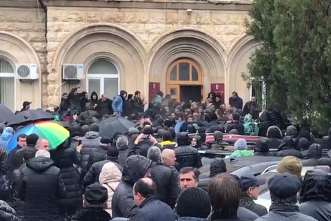 """В Абхазии протестующие штурмовали здание администрации """"президента"""""""