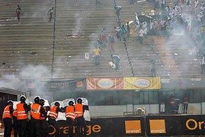 В Африке игроков от разъяренных фанов спасла полиция на бронетранспортерах