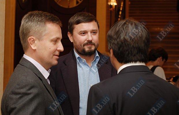 Валентин Наливайченко и народный депутат Сергей Бондарчук (в центре)