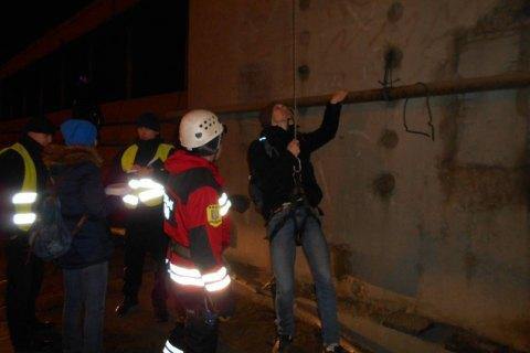 Рятувальники зняли з пілона Південного моста в Києві 19 осіб