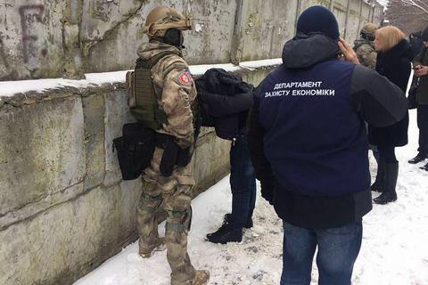 """Двох керівників ДП """"Чорнобильський спецкомбінат"""" затримали за хабар"""
