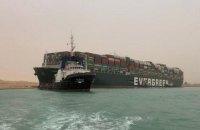 В заторі у Суецькому каналі застрягли вантажі на $9,6 млрд