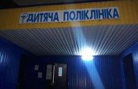 У Київській лікарні трирічного хлопчика притисло металевими дверима
