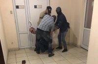 """У будівлі АМКУ затримали власника дорожньої фірми """"Полтавабудцентр"""""""