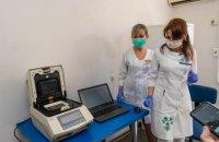 """Компания """"АТБ"""" привезла украинским медикам из Франции оборудование для оперативной диагностики коронавируса"""