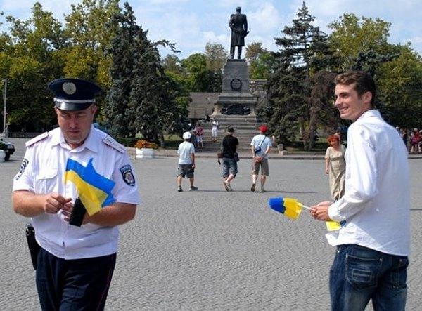 Дмитрий раздает украинские флажки в Севастополе во время акции в День Независимости