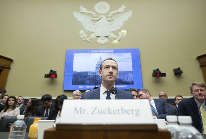 Марк Цукерберг во время слушаний