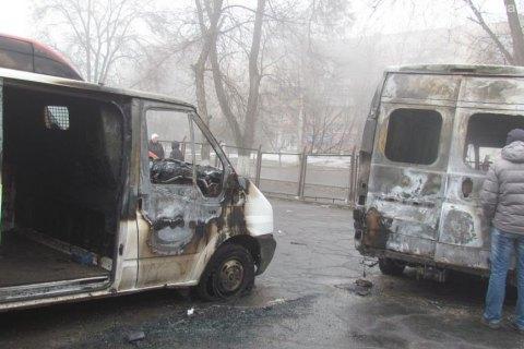 В Мариуполе сожгли катафалк ритуальной службы и еще шесть автомобилей