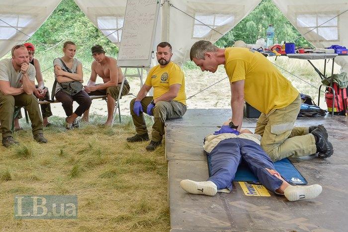 Олег Картавый во время учений Красного Креста Украины и волонтеров по отработке эвакуации пострадавших и оказания первой помощи на полигоне ДСНС под Киевом.