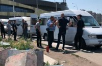 В Киеве на Героев Днепра неизвестные в балаклавах пытались поджечь маршрутки