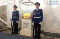 В Раде начата традиция смены почетного караула возле государственного флага