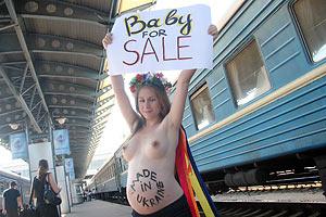"""Беременная актвистка FEMEN выступила против """"сурроГадства"""""""