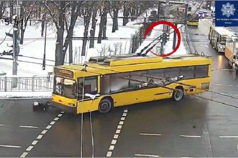 В Киеве троллейбус сбил женщину на пешеходном переходе