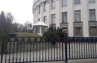 Біля Верховної Ради величезне дерево заблокувало під'їзд для спікера