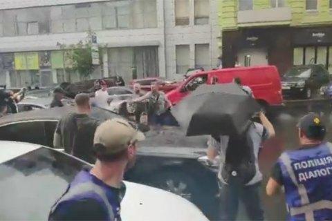 """Возле ГБР """"титушки"""" подрались с охраной Порошенко (обновлено)"""