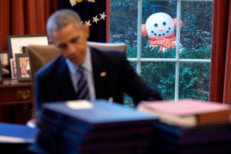 Снеговик за окном Овального кабинета, которого установили сотрудники президентской администрации, чтобы разыграть Обаму. 16