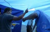 В Харькове в драке регионалов с УНП разорвали флаг Украины
