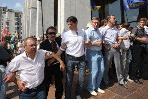 Депутаты полностью перекрыли все входы в Украинский дом