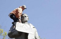 Чи демонтують цивілізовано пам'ятники Ватутіну?
