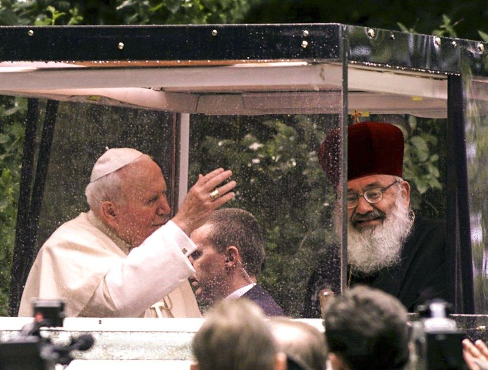25 січня 2001 р. на надзвичайному Синоді єпископів Любомир Гузар обраний главою УГКЦ, наступного дня Папа Римський Іван Павло II затвердив вибір. На фото: кардинал Любомир Гузар зустрічає Папу Івана Павла II в Києві під час візиту в Україну, 23 червня 2001