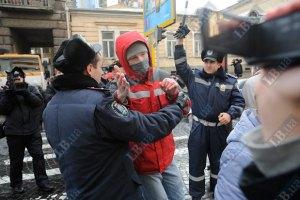 Киевляне пытались перекрыть улицу в центре города