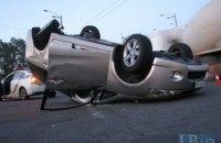 В Киеве Mitsubishi врезался в другой автомобиль на перекрестке и перевернулся