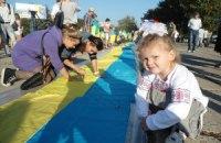 В Мариуполе выложили километр украинских флагов