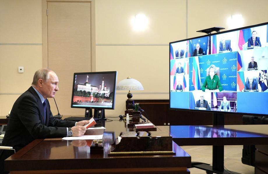 Президент России Владимир Путин проводит встречу с членами Совета Безопасности по телеконференции в резиденции Ново-Огарево, 12 марта 2021 года.