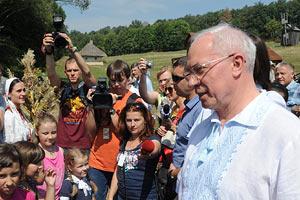 Азаров пообещал улучшить транспортную инфраструктуру к музею Пирогово