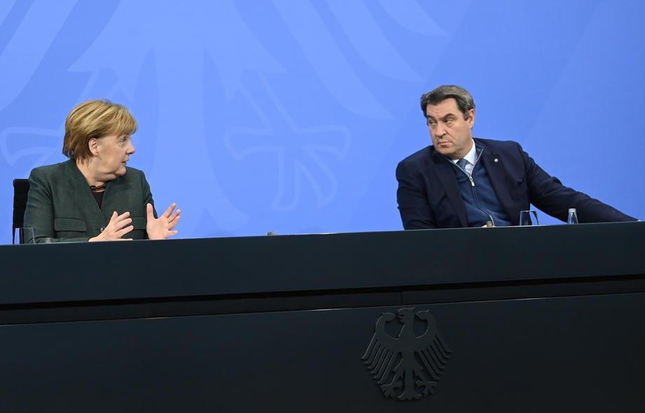 Канцлер Німеччини Ангела Меркель і прем'єр-міністр Баварії Маркус Зьодер під час пресконференції щодо поточної ситуації з коронавірусом, Берлін, 19 січня 2021.