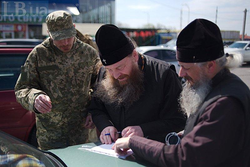 В Полтаві отець Дмитро зустрічається з архієпископом Харківський та Полтавський Афанасієм, щоб поставити печатку на відрядженні.