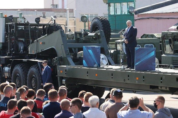 Александр Лукашенко приехал к бастующим на Минский тракторный завод