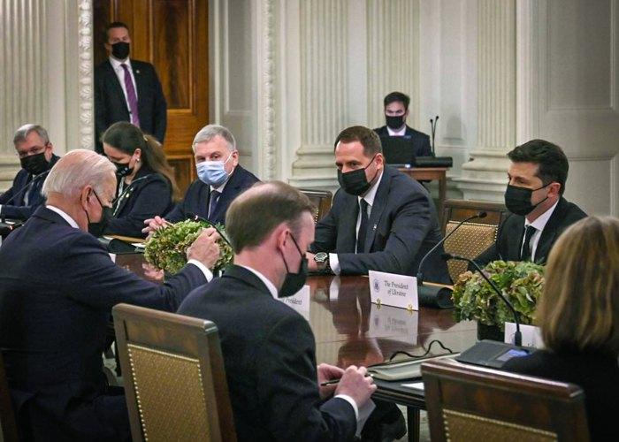 Українська делегація на чолі з президентом Володимиром Зеленським під час зустрічі з президентом США Джо Байденом та членами делегації