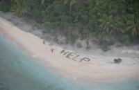 Трое мужчин спаслись с необитаемого острова благодаря надписи HELP из листьев
